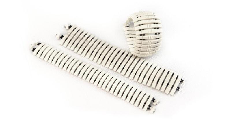 Produto: Pulseira Estreita Abaulada/ Artesão: Sarvino Material: osso e miçanga